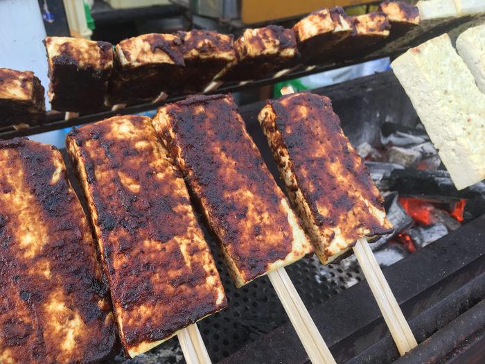 こちらは豆腐田楽。一丁を横にカットするなど一切れが大きいものが多いのですが、味噌がこんがりと焼けた香ばしい田楽は、ぺろりと食べれてしまうおいしさです。
