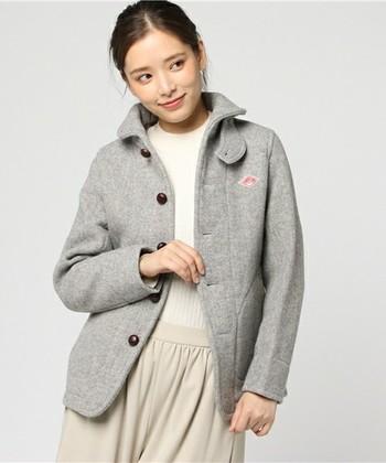 くるみボタンや胸元のロゴもかわいらしく、ポイントになっています。カジュアルテイストなコーディネートから女性らしいコーディネートにも対応できる便利なコートです。
