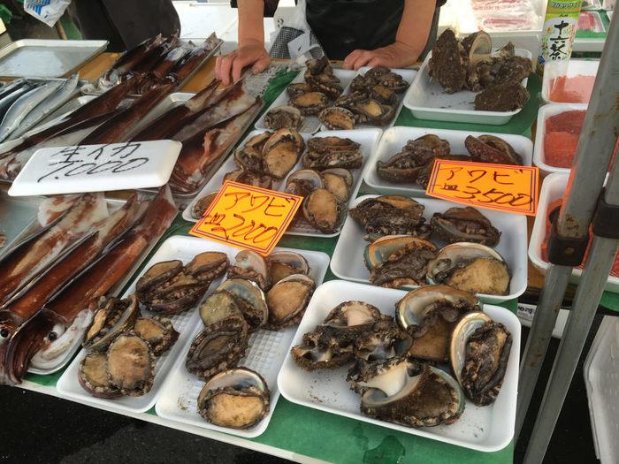 八戸漁港で水揚げされた新鮮なイカやアワビもこのお値段。つい、あれもこれも…と手が伸びてしまいそうですね。