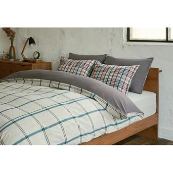寝室を明るくしてくれそうな爽やかなチェックパターン。印象の違う枕カバーもこなれたインテリアにランクアップ♪