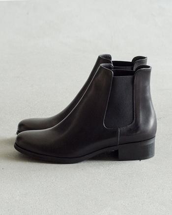 イタリアのブランド「ファビオルスコー二」は1998年創業のまだ新しいブランドですが、洗練されたデザインと履き心地の良さで、世界中で愛されているブランドです。シンプルなサイドゴアブーツは柔らかいレザーを使い、シックで女性らしい印象に。長く愛用できるデザインです。