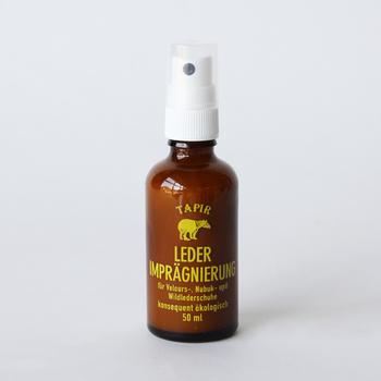 【TAPIR(タピール)皮革防水スプレー】 続いて、「タピール」から、靴磨きの仕上げに最適な防水スプレーをご紹介。こちらも天然素材のみで作られているので、安心安全。さわやかな柑橘系の香りが心地よく、気分をリフレッシュしてくれます。仕上げにワックスでももちろん構わないけれど、スプレータイプのものは、ベロアやバックスキンなどデリケートな素材にも使えるのが嬉しい。万能タイプのエコなシューケア用品は使い手の負担を軽くしてくれるので、かなりおすすめです。