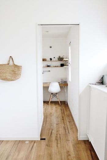 玄関からリビングやキッチンが見える家も多いもの。この空間に床に物を置かないことは広く見せるために重要です。目線がスムーズに流れるよう、ディスプレイも最小限に抑えます。 室内まで見られたくないときは、アートや植物など大きくて目を引くディスプレイをしても◎