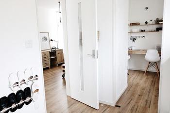 ルームシューズやスリッパも直置きせず、壁面収納をうまく使えば床も広く感じられ掃除もしやすくなりますよ。目立たせたくない物は「目線より低く、床より高く置く」が鉄則です。