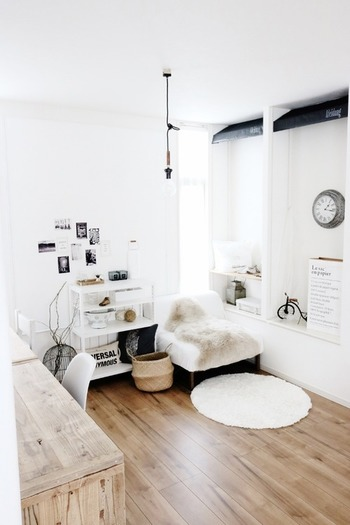 白は空間に広がりをもたらしてくれる魔法の色。高さのある家具ほど白色で統一すると、圧迫感を作らず白い壁に馴染んでくれます。また、木製品は床と同色を選ぶと家具と床との境目が馴染み広く感じられますよ。