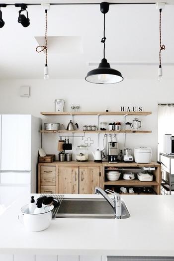 家電や調理道具も適度に隙間を開けて配置。ディスプレイするような感覚で並べます。シンクは物を出しっぱなしにしないよう注意。