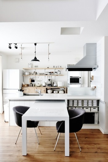 リビングからキッチンが見える、または兼ねている場合は、キッチンが物で溢れ乱雑であると狭く感じてしまいます。できれば家電やテーブルも白色で統一し、視界に入る部分は整理整頓しておきましょう。テーブルは人数によって大きさを調整できる機能的なものを選ぶと良いでしょう。