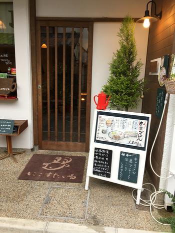 近鉄奈良駅から徒歩13分ほどの所にある古民家カフェnico style(にこすたいる)。奈良県の食材をふんだんに使用したランチとラテアートが人気のお店です。