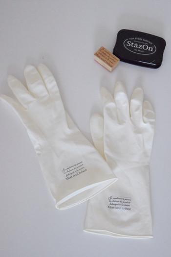 シンプルなゴム手袋にスタンプを押すだけで、とってもお洒落なラバーグローブのように。