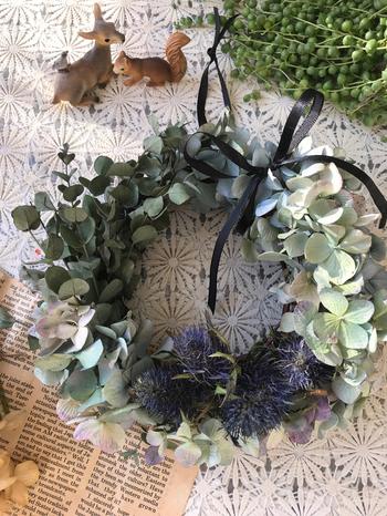 違う花材を組み合わせているのに、まとまりがあってとても可愛い雰囲気です。シックな細いリボンを結ぶことで、繊細なアクセントがプラスされました。