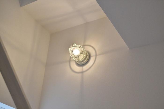 こちらはおうちの外回りにもつけることができる照明です。広さのある壁に取り付けると、こんなにきれいな影が生まれるんですね。うっとりと灯りを眺めていたくなります。