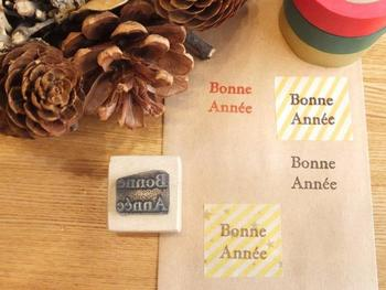 """「A HAPPY NEW YEAR」にあきてしまった方には、フランス語の""""あけましておめでとう""""を意味する「Bonne Année」スタンプはいかがでしょうか。年賀状にはもちろん、ちょっとしたお土産やポチ袋にも気軽に押して使えそう。"""