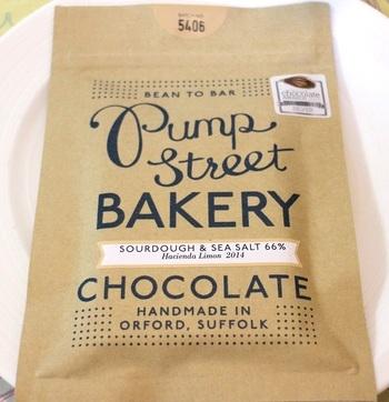 イングランド東部、オーフォードにある家族経営のベーカリーカフェ「Pump street BAKERY」。このカフェのチョコレートは直接農家から購入したカカオ豆を使って、約5日間をかけて作られます。