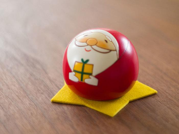 クリスマスに忘れてはいけないのは、サンタクロース。こちらは、ころんとした丸いフォルムがなんとも愛らしい、サンタクロースのこけし。思わず触りたくなる、ほっこりした笑顔がたまりません♪
