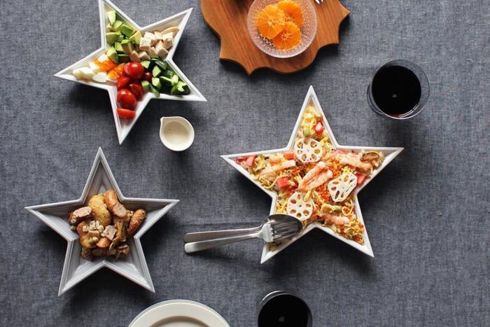 リビングに玄関、ベッドルームまでクリスマスのデコレーションをしたら、もうクリスマスの準備はばっちり!でも、最後にもう一工夫。テーブルの上もクリスマスらしいアイテムを取り入れてみませんか?  星型のお皿は、ありそうでなかなか見かけない、ちょっと珍しいかたち。特別なクリスマスメニューを作らなくても、このお皿に盛り付けるだけで特別なごちそうに見えるから不思議です。