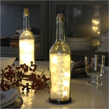 もうひとつ食卓におすすめしたいのが、幻想的に光るボトルライト。瓶の中にひかる星型がふんわりと輝いて、食卓はもちろん、窓辺や玄関に置いても楽しめそう。