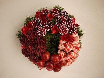 ヨーロッパでは魔除けの意味を持ち、伝統的なクリスマス飾りの一つでもあるクリスマスリース。ツリー同様、スタンダードなカラーからシンプルな単色のものまでさまざまあって、どれにしようか迷ってしまいますよね。  こちらは、クリスマスレッドとリッチなボリューム感が印象的なリース。