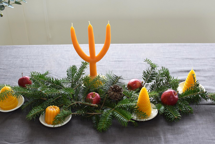 クリスマスが近づいたら、小物をプラスして飾り付けるのも素敵。もちろん、当日はテーブルの真ん中に置いて、静かに灯るキャンドルの光で素敵なディナーやティータイムを♪