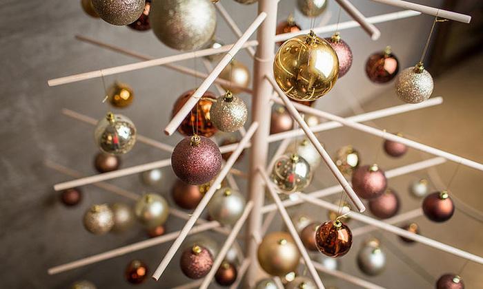 クラシカルなゴールドやボルドーカラーでまとめると、大人らしいシックなクリスマスツリーに。シンプルなツリーは幅広いインテリアにあわせやすいので、毎年イメージを変えてオーナメントを集めるのも素敵な思い出になりそうですね♪