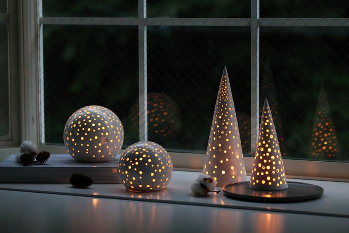 夜になってキャンドルを灯せば、ほっこり神秘的な光を放ってくれるキャンドルライトに。ランダムに空いた穴から、電気ライトとは違う優しい光があふれます。インテリアとしてはもちろん、部屋の電気を落としてゆっくりとした時間を楽しみたくなる癒しのアイテムです。