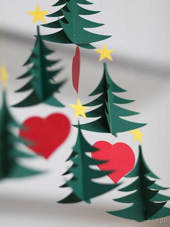 ゆらゆら揺れるツリーのモビールを、さっと吊ってお部屋をクリスマスムードに。グリーン×レッド×ゴールドのクリスマスカラーのバランスは、かわいいのに甘くなり過ぎないのも魅力ですね。