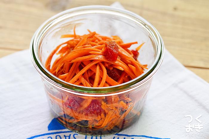 ドライフルーツを加えた、甘さ控えめのキャロットラペは彩りがキレイ。毎日のお弁当づくりを助けてくれる常備菜。 栄養満点のニンジンをしっかり採れる副菜です。