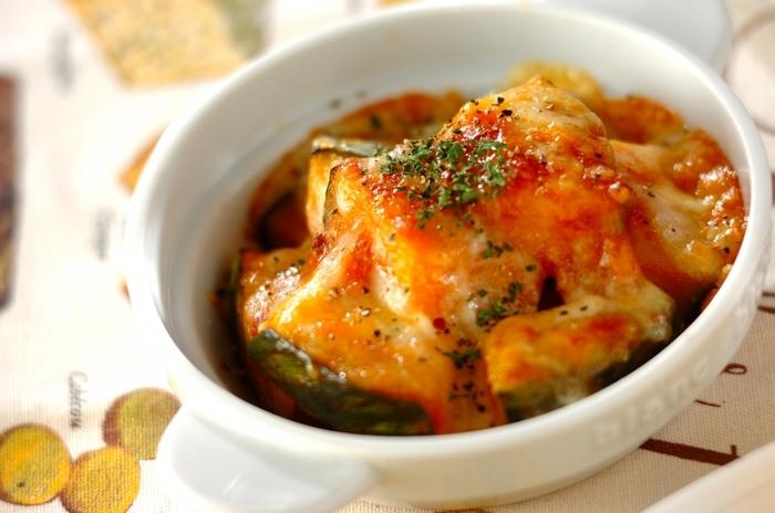 レンジで加熱したカボチャに、市販のミートソースを絡めて焼くだけ。こんがり焼き色を付けたチーズが濃厚な味わい◎ 野菜だけでは物足りない…という人も、食べ応えがあるので満足できるはず♪