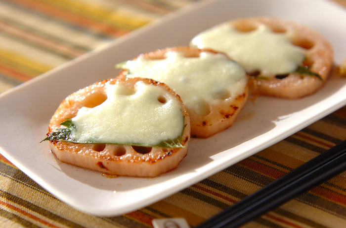 シャキシャキの歯ごたえが美味しいレンコン×とろ~りチーズの美味しい組み合わせ。爽やかな大葉が味の決め手です。 チーズをカリカリに焼いたり、明太を混ぜたりしても美味♪