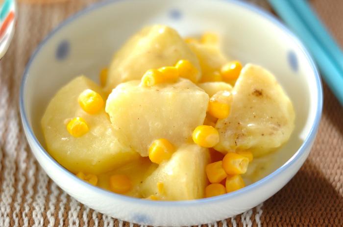 市販のコーンスープの素でぐつぐつ煮込んだジャガイモ。水煮コーンの甘さも加わって、小さなお子さまが喜んでくれる簡単煮物の出来上がり♪