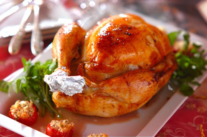 じっくり火を通したい丸鶏のローストチキン。詰め物の準備などに手間ひまがかかる上に、オーブンを長時間占有するメニューでもあります。早めに仕上げておくと後がラクですよ。