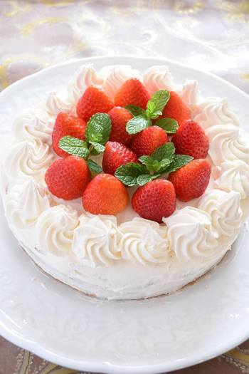 ケーキを手作りするなら、スポンジは前日に焼いておくのがおすすめ。当日ラクできるだけでなく、生地がしっとり落ち着いておいしくなります。冷ましてから、乾燥しないようにラップなどでしっかり包んで保存。