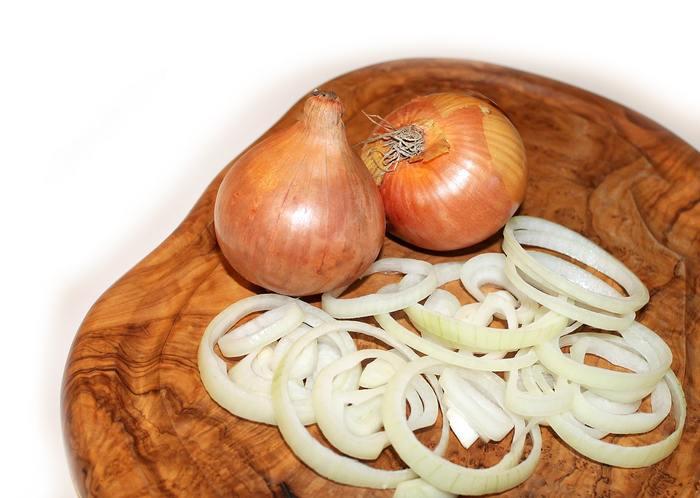 玉ねぎは、シャキシャキとした食感はなくなりますが、冷凍すると甘みが凝縮されます。まとめて下処理をする時には、みじん切りや使いやすい大きさに切ってから冷凍しておくと、旨みもまして料理の手間も省けるのでおすすめですよ!
