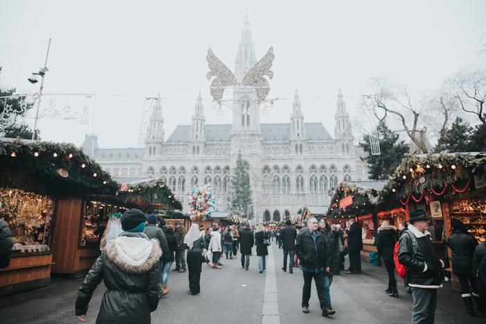 「クリスマスマーケット」とは、ドイツをはじめとするヨーロッパ各地の広場ではじまった、アドベント*の時期に開かれるお祭りのこと。日本でもいくつか開催されていますが、ドイツ圏ではなんと、ほぼ全ての都市で開かれるのだそう! *アドベントとは、11月30日の『聖アンデレの日』に最も近い日曜日から、クリスマスイブまでの約4週間 まずは、クリスマスマーケットの見どころからみていきましょう。