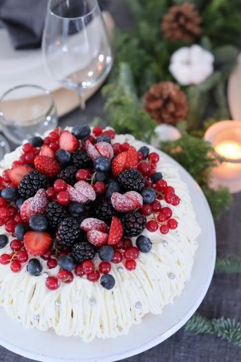 華やかなベリーのケーキはパティシエの友人が作ってくれたものだそう。