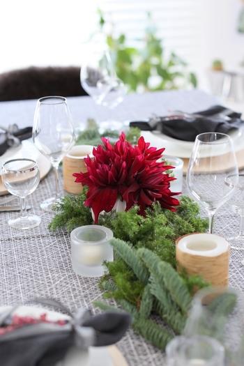 第二弾は、家族でのパーティー。明るいグリーンに真っ赤なお花が映えるセッティング。