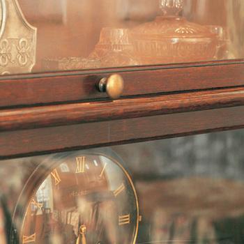 一点で固定するつまみは、ネジのサイズが合えば気分で違うつまみに変更することも。古色のつまみはどんな家具とも相性抜群。