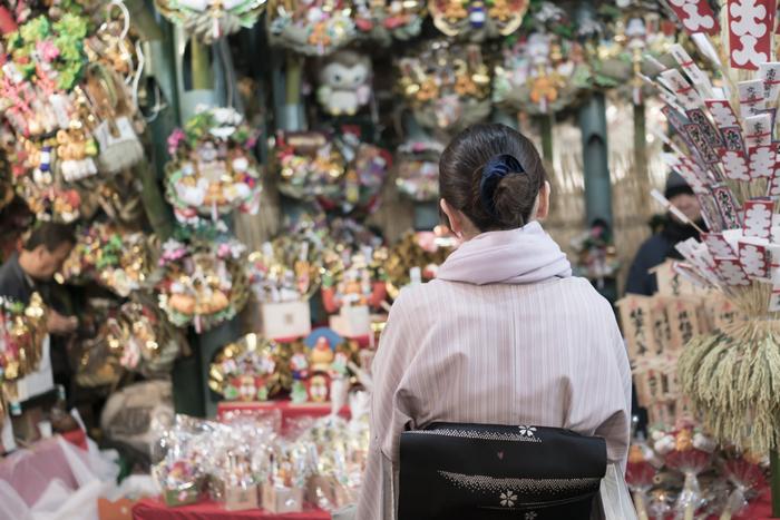 クリスマスが済んだら、いよいよ気分は年末。お正月飾りには歳神様(としがみさま)をお迎えする意味があり、飾るのは、12月28日がよいとされています。29日は「二重苦」につながるのでよくないとされ、大晦日および三十日(みそか)は、神様をお迎えするのに一夜限りの飾りでは失礼にあたるといわれています。