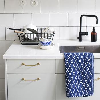 造作キッチンを作るのであれば、つまみまで拘りたいですよね。ホワイトベースのシンプルなキッチンにはゴールドのハンドルを。奥行きのある取っ手には布巾を掛けられたり使いやすさも。
