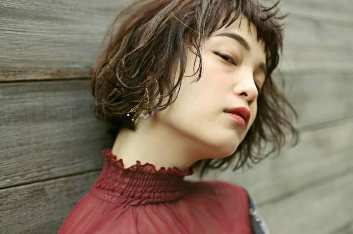 秋冬の首元は重たくなりがちですが、あえて髪の毛に軽さを出して全体の重さを軽減させるのもバランスを取る良い方法ですね。  ミディアムヘアやショートヘアの方など、髪の毛を結ぶのが難しい方は、毛先をややウェットにして少し巻いてみると毛先に軽さが出やすくなります。