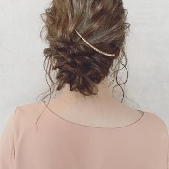 毛束をくるくるとねじる「くるりんぱ」ヘアは、毛束をねじってピンで止めるだけで完成する簡単ヘア。  ストールなどのカラーやデザインをメインに見せたい場合は、ピンをシンプルなものにするとごちゃついてみえません。  こちらのようにゆるめの仕上げにしておくと、髪の乱れも気になりにくいですね。