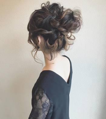 どうしても髪の毛が乱れるのを避けたい場合は、少々の乱れが気になりにくいゆるめのおだんごヘアもおすすめ。  さきほどご紹介したゆるローポニーにように、やや毛束をルーズに結んでおくと良いでしょう。