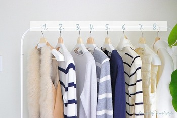 部屋を広く見せるには服類は見せる収納ではなく、扉付きのクローゼットや押入れに収納し、視界に入らないようにしたいもの。家族の職業や職場環境にもよりますが、できるだけ服は厳選し量を増やさないように工夫しましょう。
