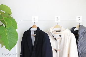 ベーシックな服以外はレンタルを上手に利用するのも手です。収納場所を決めたら範囲内に収まるようにしていきましょう。かさばる冬のコート類も数を決めクローゼット内に収めましょう。