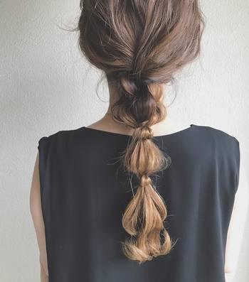 普通の一本結びでもちょっと個性を出したい場合は、こちらのようなローポジションのゆるポニーテールもおすすめ。  ちょっとゆるめに結んで毛束を調整するだけでこんなシルエットに♪