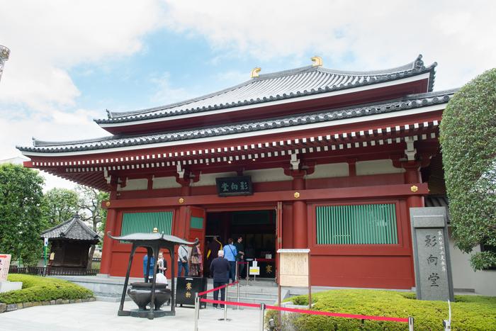 浅草寺本堂の北西にある影向堂(ようごうどう)には、七福神の「大黒天(だいこくてん)」が祀られています。