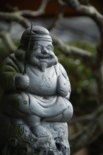 像は非公開ですが、浅草神社には「恵比寿(えびす)」が祀られています。「恵比寿」は大漁豊作・商売繁盛の神様で、元々は漁民の守護神だったと言われ、鯛を抱えた姿で描かれています。