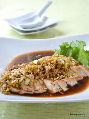 とってもヘルシーで安価な鶏のムネ肉はタンパク質も豊富でアレンジも効く食材です。中華系のレシピの際には、和食と同じようになりがちな食材があったとしても、使うオイルや調味料を変えれば、しっかりとした献立構成を作ることができます。  ■副菜案■ ・春菊としらすの和え物 ・春雨サラダ ・中華風の豚汁 ※里芋や大根豚こまなどの豚汁になる具材ベースを、中華風スープに変えて具だくさんスープで構成してみると飽きのこない食卓を演出できますよ。