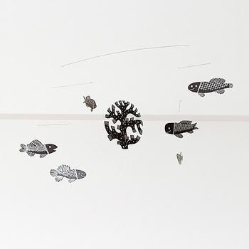 モノクロームの魚たちがどこか幻想的な雰囲気をもたらす、鹿児島 睦さんのモビール作品。ユーモラスな魚の表情を見ていると心がやんわり落ち着いてくるから不思議。