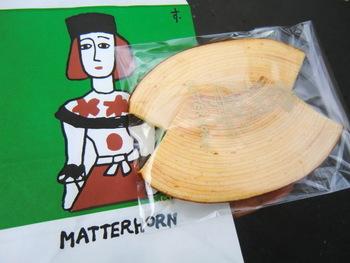 「バームクーヘンといえばマッターホーン」というほど評判のバームクーヘンは、しっとりなめらか。おいしさがギュッとつまっています。薄くカットした2枚セットは差し入れにも人気。