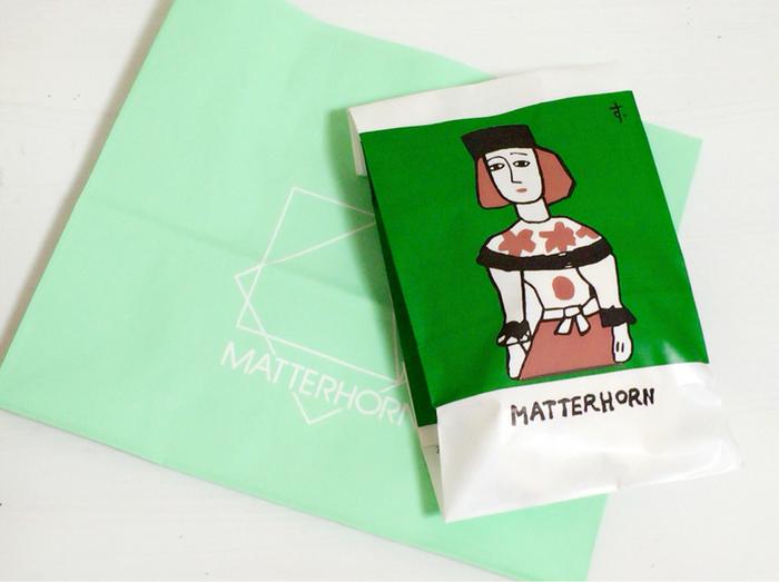 包装紙は、洋画家・鈴木信太郎画伯が描いたもの。 袋の中からバームクーヘンなどのスイーツが出てくると、自然と笑みがこぼれます。